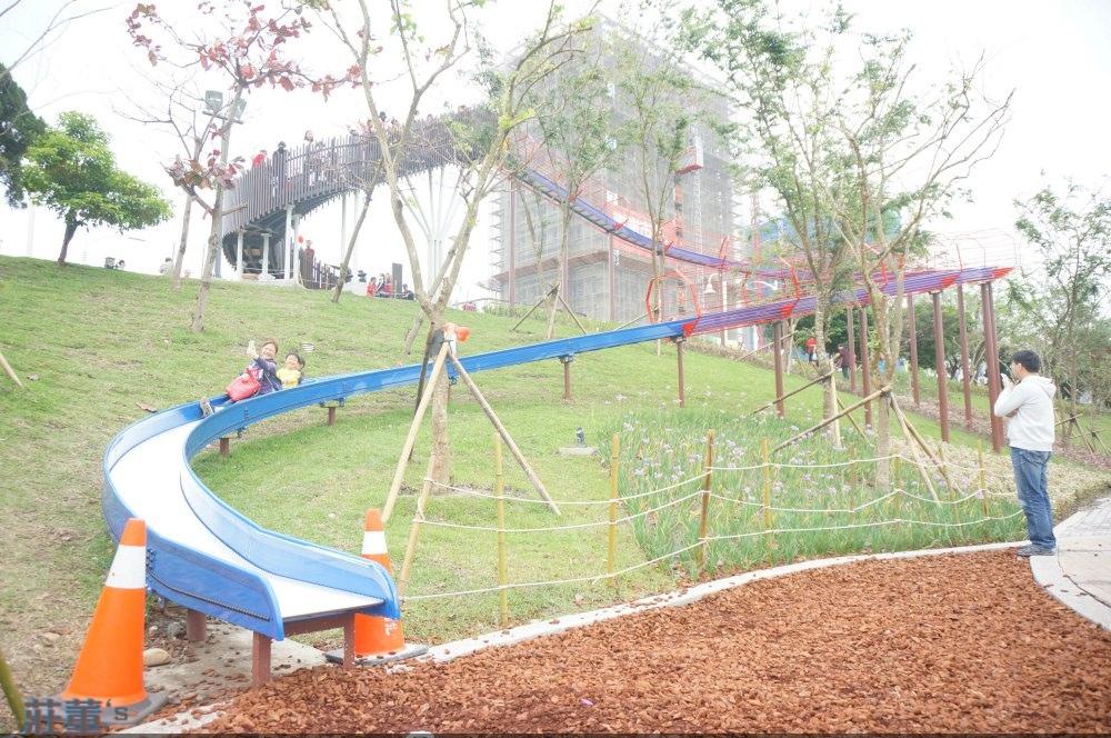 桃園親子公園【風禾公園】這是金屬滾棒的滑梯