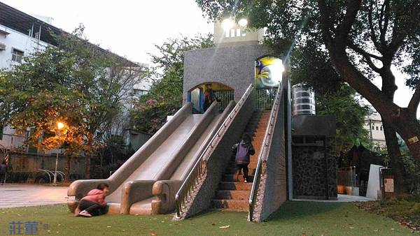 【泰山公園】貴子兒童公園~眼睛會發亮的機器人溜滑梯!紫藤花隧道/迷宮地景...