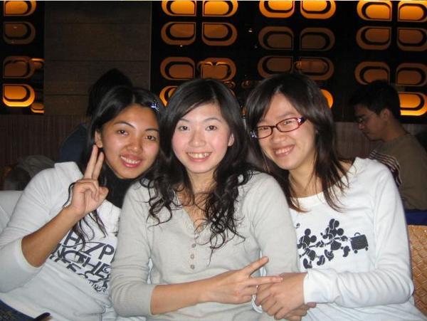 三個都是淺色衣.JPG