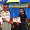 圓孩子農場夢的羅志玄先生,由善牧基金會執行長湯靜蓮修女頒發感謝狀.jpg