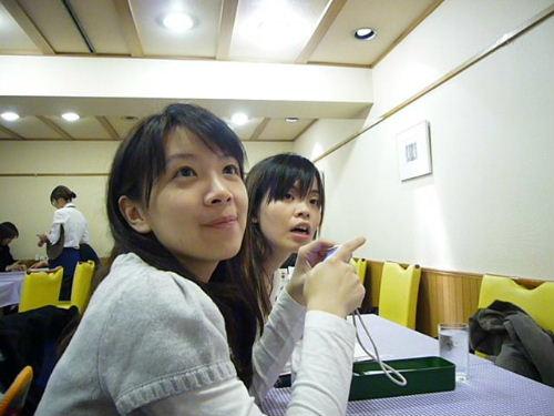 我們很專心聽服務員講日文