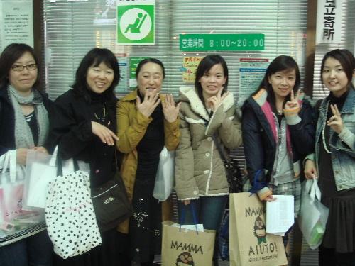 2007_0412_211025我們拿著地址到處問人 但都沒人知道 最後問到我左邊的小姐 她很熱心的幫我們問站務人員.JP