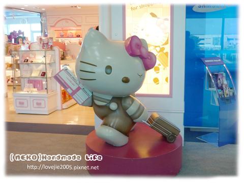 在免稅店街裡,看到很cute的kitty...跟她一起去旅行唄!!