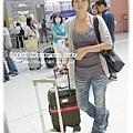 我和行李箱,在日本機場拍一下...第一次出國獻給了大阪呢!!