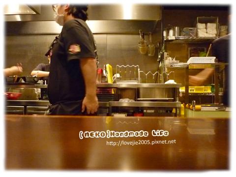 在等拉麵時,偷拍廚房裡面...= =lll拍到店員在抓屁屁?!