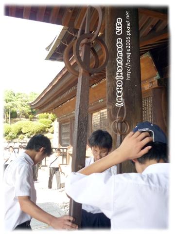 據說這個東西是以前一個武士的武器,很重...這些日本學生在試著舉起XD