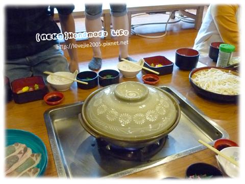 相撲火鍋,我們這一桌4人,可以涮肉還有烏龍麵可吃...