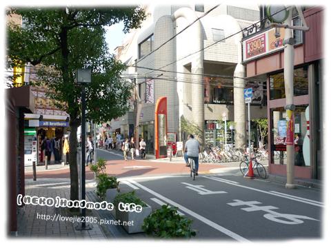 日本很多百円兩百円起跳的店,去了必逛...一定可以挖到寶喔!!