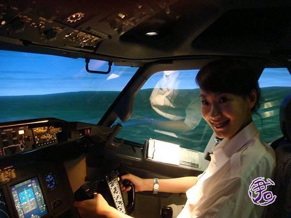 進入華航的機師實際模擬室拍攝,緊張又興奮!