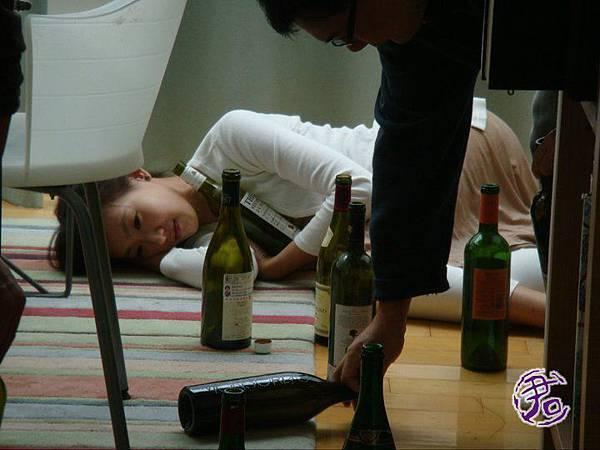 看著那麼多的空酒瓶,很想偷笑的我!
