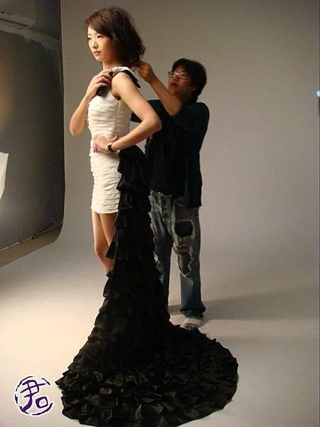 黑白長短式禮服,很俏麗!!