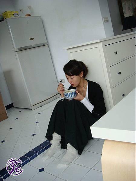 這次是一個被甩的很可憐的小女人~坐在冰冷的地上吃麵,太做作了吧!哈哈哈!