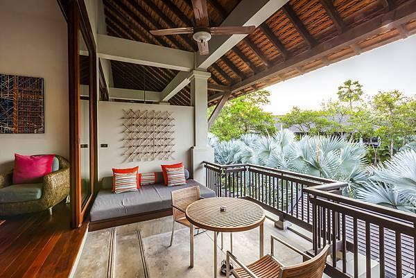 Pearl Bed Suite Outdoors 01.jpg