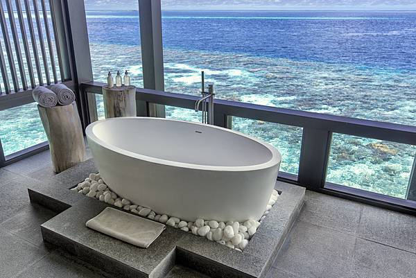 Bathtub at Kudadoo spa.jpg