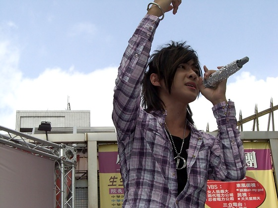 舉起手跟我一起''唱''