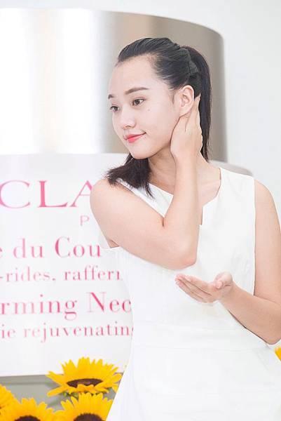 克蘭詩新一代超性感美頸霜搭配法式美頸按摩手法 可促進淋巴微循環