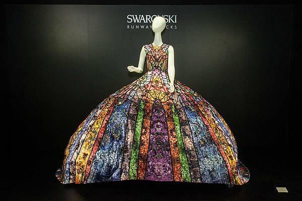 時尚品牌Lesjin設計師金翀宇因應上海Runway Rocks時尚秀特別手工打造的彩繪燈座造型禮服,其繽紛的色調將水晶襯托得更加燦爛!