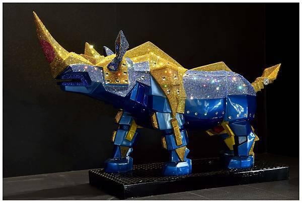 現代藝術家施力仁以施華洛世奇水晶元素結合幾何切割及硬邊造型,打造鑽石金鋼犀牛,展現犀牛「唯我獨尊」之意!