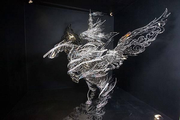 當代藝術家林家慶作品 – 時光,以獨特線條設計結合施華洛世奇水晶,打造氣勢萬千的飛馬,帶領觀者思考時光的意義與對人生的勇氣!