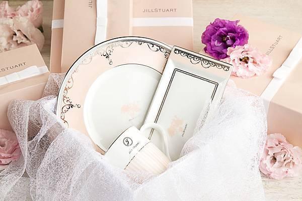 承襲品牌一貫甜美浪漫風格的JILL STUART古典陶瓷餐具