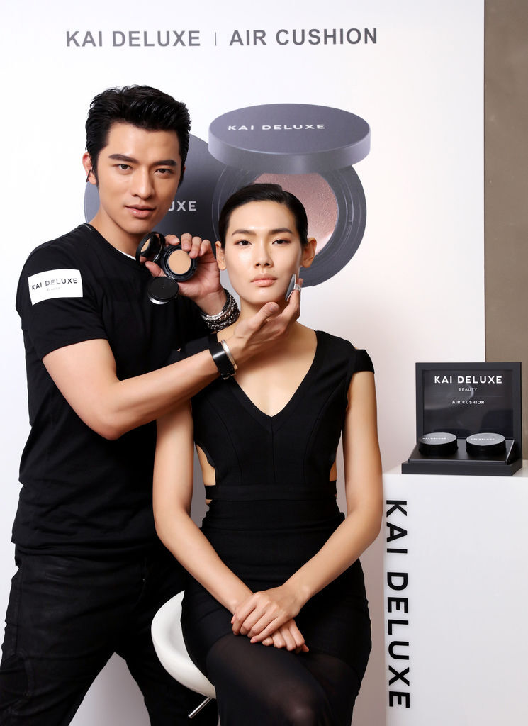 KAI DELUXE型色大師光采氣墊粉餅新品上市記者會_品牌創辦人_小凱老師與女模合照