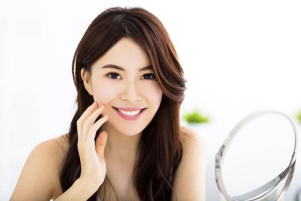 64050c455f703cc5398f0ab662_A2JlNjU0ZjM1OGE2_happy-young-woman-looking-on-mirror.jpg