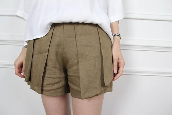 70628.摺痕設計短褲 $1280