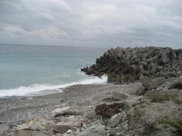 23海邊有消波塊很醜(掉下去應該爬不出來吧囧).jpg