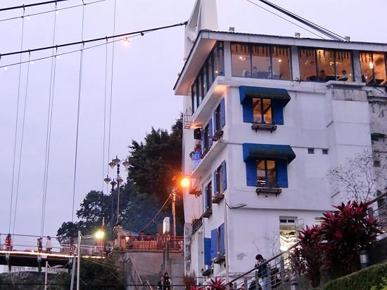 吊橋旁的咖啡廳