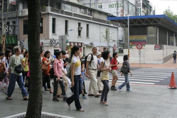一行人散步.JPG