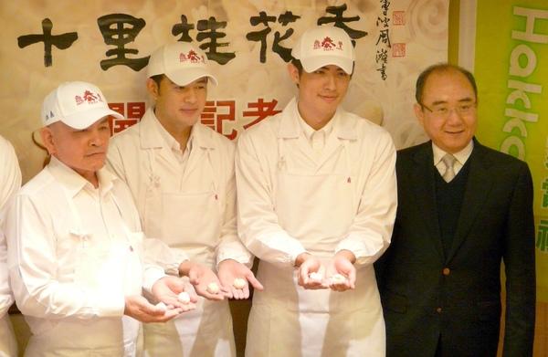 阿標師(左起)黃玉榮、梁正群展示親手做的小籠包,右為「鼎泰豐」老闆楊紀華.jpg