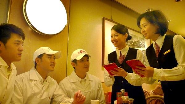 「十里桂花香」開鏡,王琄(右起)、曾寶儀扮服務員,由梁正群、黃玉榮、阿布考驗點餐功力.jpg
