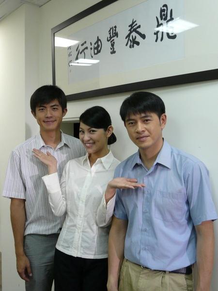 林若亞(中)二度與黃玉榮(右)同台,卻殺出梁正群「橫刀奪愛」.JPG