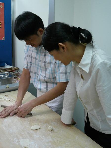 黃玉榮(左)做小籠包,林若亞在一旁湊熱鬧.JPG