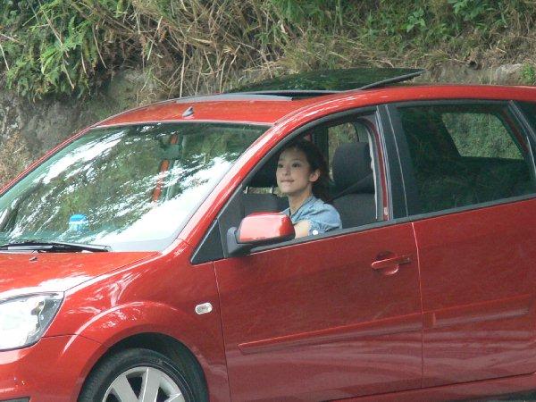 美麗的駕駛人總是特別引人注意