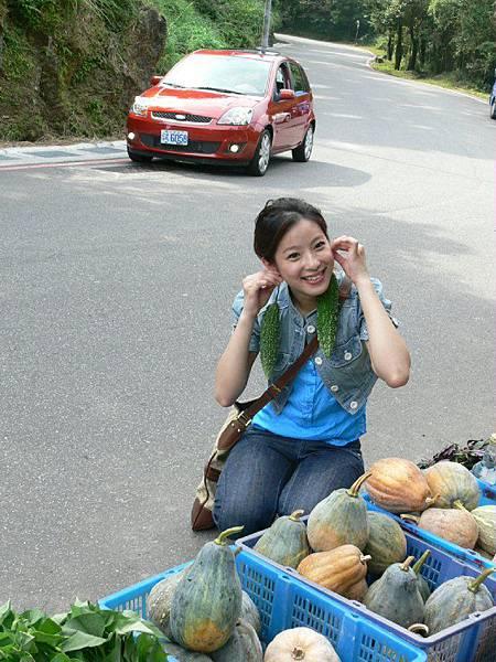 大明星蹲在路邊買野菜