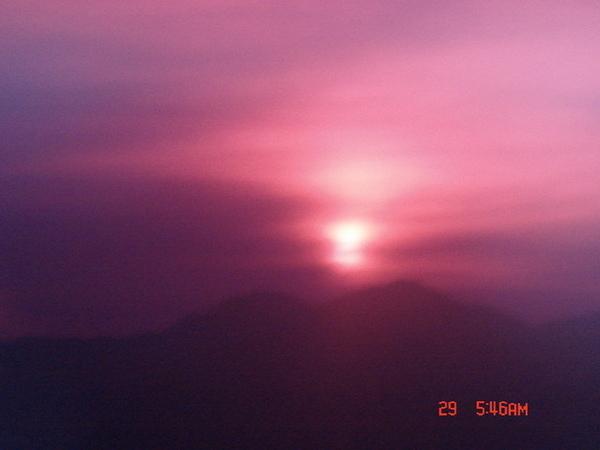 透過紅色鏡片拍的〝紅太陽〞~