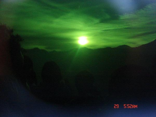 透過綠色鏡片拍的〝綠太陽〞~