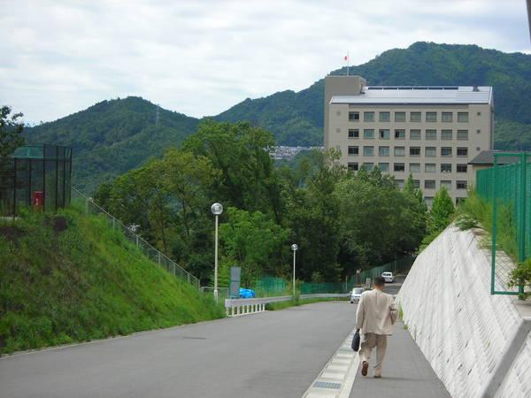 是個在山上的學校