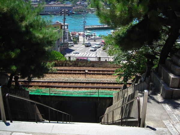 可以看到海和鐵路的樓梯