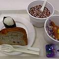 御飯糰 麵包 巧克力穀物牛奶 脆脆的香腸 歐姆蛋 莎拉