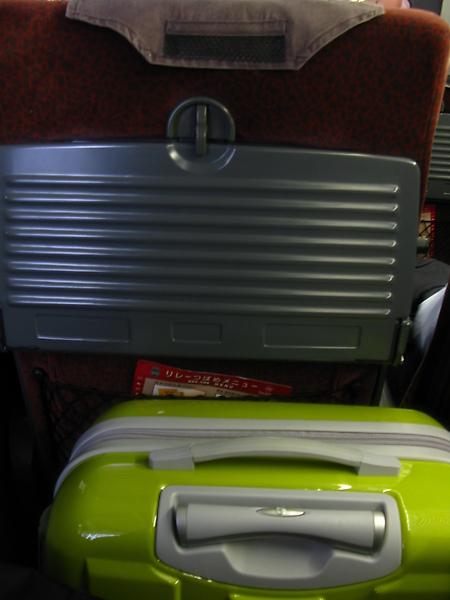 本來行李放前面...好擠