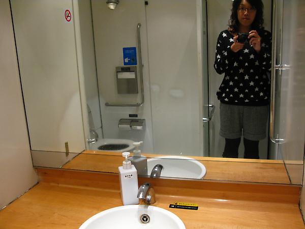 廁所挺大的:P