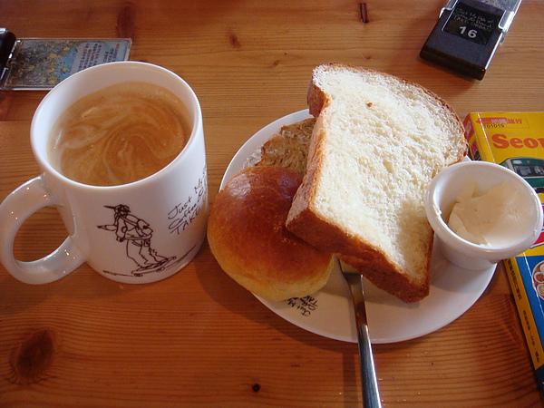 我選了3個麵包  點了一杯熱coffee latte