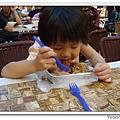 小小Kyra吃米粉中
