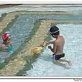 兩兄妹忙著玩水中