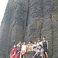 2004淡江女籃-站在鯨魚洞下,人顯得十分渺小