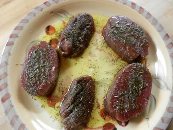 Feb142013 Elk backstrap(loin) steak 麋鹿腰肉排醃製中