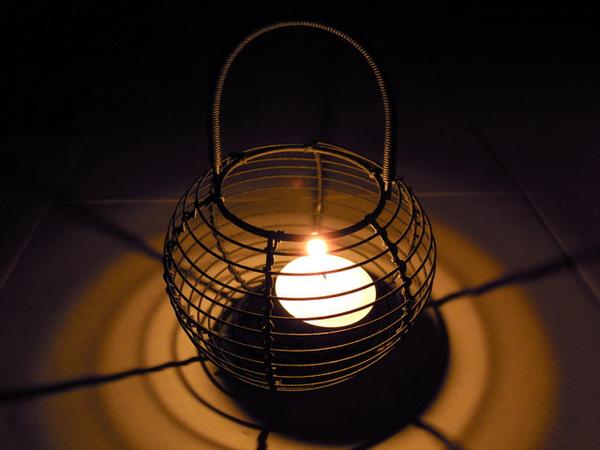 白色鐵殼蠟燭