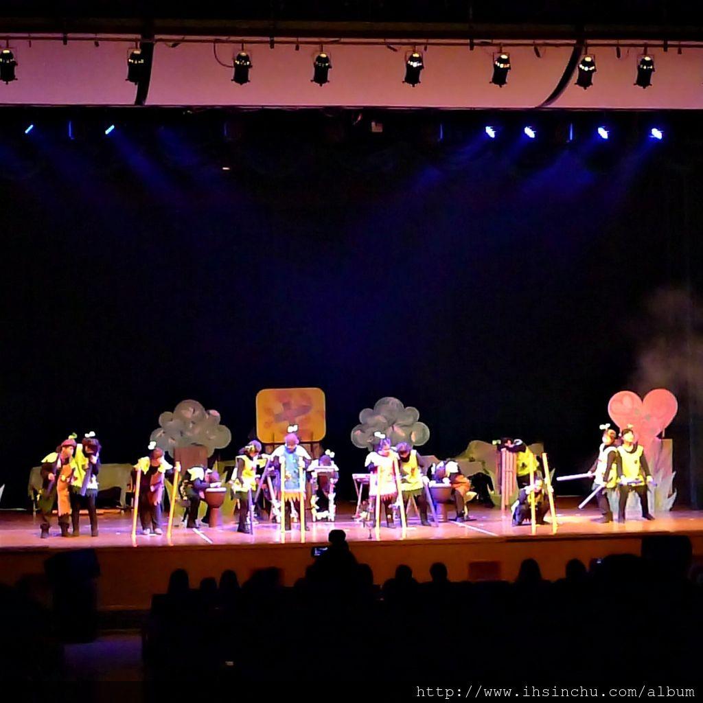 這次院生們參與慈善音樂劇的演出,讓中重度身心障礙青年的學習歷程,以戲劇與音樂呈現於舞台,並運用不同 的主題傳遞愛與成長的故事,啟發社會大眾關心家庭、熱愛生命、尊重他人, 讓社會更美好。
